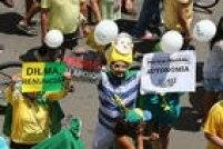 Munidos de cartazes e vestidos de verde e amarelo, manifestantes pedem a saídada presidente Dilma e mais autonomia à Polícia Federal