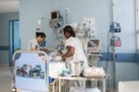 Objetivo 3 - Assegurar uma vida saudável e promover o bem-estar para todos, em todas as idades. O objetivo inclui também as metas de,até 2030, reduzir a taxa de mortalidade materna global para menos de 70 mortes por 100.000 nascidos vivos; reduzir a mortalidade neonatal para pelo menos 12 por 1.000 nascidos vivos e a mortalidade de crianças menores de 5 anos para pelo menos 25 por 1.000 nascidos vivos; acabar com as epidemias de Aids, tuberculose, malária e doenças tropicais negligenciadas, e combater a hepatite eoutras doenças transmissíveis