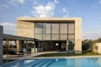 Transparência é palavra de ordem nesta casa: do quintal se avista todo o térreo, até a entrada da casa