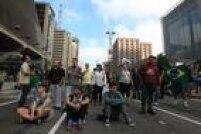Grupo contrário à posse do ex-presidente Luiz Inácio Lula da Silva como ministro da Casa Civil sentou na Avenida Paulista e bloqueou a via