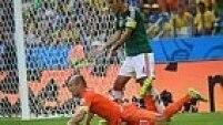 MInutos depois, o árbitro marca pênalti de Rafael Márquez em Robben