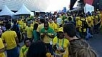 Sem preocupações para chegar ao estádio, os torcedores aproveitaram as horas que antecedem o começo da Copa para confraternizarem entre eles