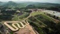 Com quase 5 km de terra, pedra, grama, raízes e água, em trilhas sinuosas com subidas e descidas, a pista olímpica de Mountain Bike está 100% concluída. Em outubro, o circuito do Complexo Esportivo de Deodoro foi testado por 130 atletas de 30 países.