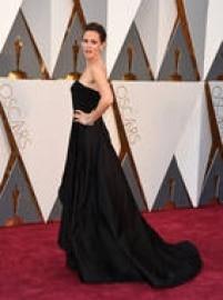 Jennifer Garner escolheu um vestido preto Versace desfilado na última temporada de alta costura. O modelo é sensual e moderno na medida, por causa de sua assimetria no decote.