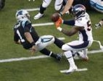 Von Miller, do Denver Broncos, força o fumble do quarterback Cam Newton, do Carolina Panthers, durante o Super Bowl