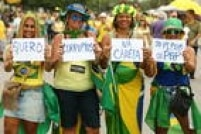 A maioria do público vestiu camisetas amarelas ou com frases contra o governo ou de apoio ao juiz federal Sérgio Moro, que atua na Operação Lava Jato