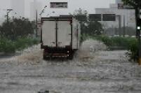 Caminhão atravessa água que avançou pela Avenida dos Estados, em Santo André