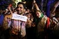 Jovem iraniano exibe mensagem de agradecimento ao chanceler Mohamed Javad Zarif pelo acordo nuclear com as potências mundiais