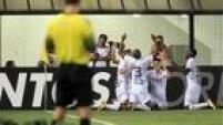 Santistas comemoram primeiro gol alvinegro no clássico diante do São Paulo, marcado por Joel (direita),domingo (27 de março), na Vila Belmiro
