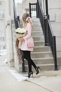 A fita no cabelo e o vestido acinturado arrematam o look romântico