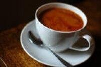 Acusado de provocar gastrite e levar ao vício de cafeína injustamente: ingerir a bebida só pode virar um problema quando se ultrapassam quatro xícaras diárias. Além disso, o que pode viciar não é bem a cafeína, mas o açúcar que vai para adoçar o café! Quando tomado puro, pode prevenir doenças do coração e aumentar a capacidade de se concentrar, de acordo com a presidente da ABNE