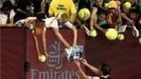 Andy Murray dá autógrafos aos fãs após nova vitória no Aberto da Austrália