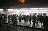 Na confusão, seguranças do Metrô agrediram passageiros na Estação Sé. Houve tumulto e depredação na plataforma. Reforço policial foi solicitado pela direção da empresa. Milhares de usuários tiveram de caminhar pelos corredores estreitos ao lado dos trilhos.