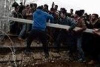 Mais de 7 mil migrantes e refugiados permaneciam retidos nesta segunda no posto grego de Idomeni após as restrições impostas por vários países, incluindo Macedônia, sobre o número de pessoas autorizadas a entrar em seus territórios.