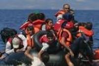 Refugiados sírios e afegãos tentam subir em bote após caírem na água na costa da<a href='http://internacional.estadao.com.br/noticias/geral,grecia-envia-refugiados-para-luxemburgo-em-primeira-relocacao,1790754' target='_blank'>Grécia</a>. No início de novembro, o governo gregorealizou a primeira realocação de requerentes de asilo de seu território para Luxemburgocomo parte de um plano aprovado pela União Europeia para tentar aliviar o fluxo de refugiados que chegam ao bloco