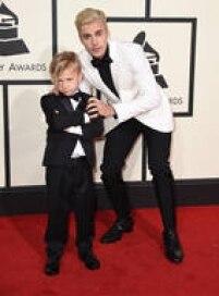 Em nova fase da carreira, o cantor Justin Bieber chegou ao Grammy acompanhado do irmão caçula, Jaxon. Ambos de smoking - o de Justin, com paletó branco e camisa preta.