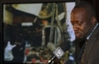 Cantor haitiano, Wyclef Jean, chora ao contar da experiência da volta do país afetado pelo terremoto
