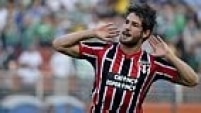 SP - BRASILEIRÃO/PALMEIRAS X SÃO PAULO - ESPORTES - Alexandre Pato, do São Paulo, comemora após marcar gol na partida contra o Palmeiras,   válida pela 15ª rodada do Campeonato Brasileiro, no Estádio Pacaembu, na zona oeste da   capital paulista, neste domingo.    17/08/2014 - Foto: LEVI BIANCO/BRAZIL PHOTO PRESS/PAGOS