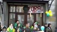 Leitor Aureo Fae envia imagem de brasileiros em frente à embaixada do Brasil em Londres