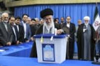 """O líder, Ali Khamenei, foi um dos primeiros a votar em uma mesquita situada no complexo onde vive em Teerã. """"Todos devem votar, todos aqueles que amam o Irã, a República Islâmica, a grandeza e a glória do Irã"""", declarou depois de votar."""