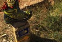 Peregrinos deixam de tudo pelos pontos de indicação. Omais curioso foi essa bota.