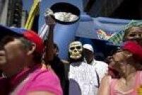 'Maduro você está nos matando de fome. Não há remédios. Saia', diz cartaz de opositora venezuelana