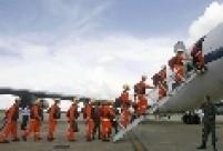 Homens do Corpo de Bombeiros do DF embarcam em avião da Força Aérea Brasileira rumo a Porto Príncipe