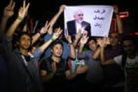 """Em Teerã, iranianos exibem cartaz com a foto do chanceler Mohamed Javad Zarif e a mensagem """"Zarif é oMosaddeghdo nosso tempo"""", em alusão a MohamedMosaddegh, famosochanceler que nos anos 50 nacionalizou a industria do petróleo no país"""
