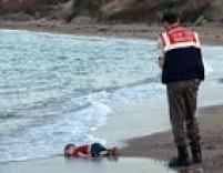 <a href='http://internacional.estadao.com.br/noticias/geral,doze-imigrantes-sirios--incluindo-oito-criancas--morrem-afogados-na-turquia,1755161' target='_blank'>Corpo da menino sírio Aylan Kurdide 3 anosfoi encontrado</a>em uma praia na costa da Turquia.Veja como foi a repercussão<a href='http://internacional.estadao.com.br/noticias/geral,imprensa-mundial-debate-publicacao-de-fotos-de-bebe-sirio-morto-em-naufragio,1755748' target='_blank'>aqui</a>