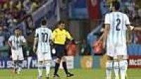 Logo no segundo minuto de partida, Messi cobrou uma falta na entrada da área.