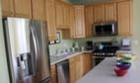 Você sabia que deixar o fogão e a geladeira muito próximos faz com que o consumo também aumente? O calor do fogão exige que o motor do refrigerador trabalhe mais para manter o ambiente refrigerado