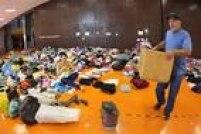 Roupas e objetos pessoais foram levados ao ginásio para os desalojados