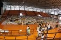 Funcionários da prefeitura aulixiam os moradores que chegam ao ginásio em Mariana