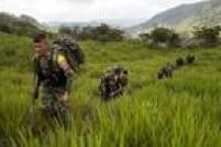 Membros da Frente 36 das Forças Armadas Revolucionárias da Colômbia (Farc) se deslocam para um novo acampamento no Estado andino de Antioquia; os grandes acampamentos da guerrilha são coisa do passado e hoje os rebeldes se movem em grupos menores. A Frente 36 é composta por 22 soldados, 4 comandantes e 2 cachorros