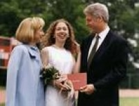 No comando da Casa Branca, o presidente Clinton e a primeira-dama participam da graduação da filha, Chelsea, em junho de 1997, na Sidwell Friends School, em Washington