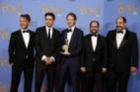 O diretor de 'O Filho de Saul' (Hungria),Laszlo Nemes, posa com seu prêmio e parte da equipe
