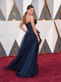 A atriz de Modern Family, Sofia Vergara, que não fugiu do seu estilo e novamente apostou em vestido tomara que caia com shape ajustado até a cintura, dessa vez um Marchesa.