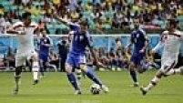 E dos pés de Dzeko que sai o primeiro gol da Bósnia! Ele chuta rasteiro e a bola ainda bate na trave antes de entrar