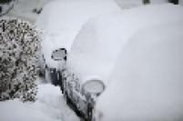 Carros completamente cobertos de neve em Varsóvia, na Polônia