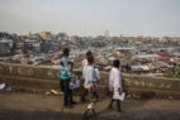 Uma equipe de monitores da comunidade observa a Favela de Mabella após novos casos de Ebola terem sido detectados perto do centro de Serra Leoa