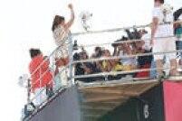 Ivete Sangalo sobe no trioelétricono Circuito Barra Ondina, em Salvador, neste sábado de Carnaval