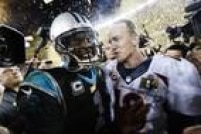 Peyton Manning, quarterback do Denver Broncos, conversa com Cam Newton, quarterback do Carolina Panthers, depois de conquistar o Super Bowl