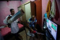 Equipe 'caça' mosquitos em bairro industrial de Aracaju, com alta incidência de doenças ligadas ao 'Aedes aegypti'