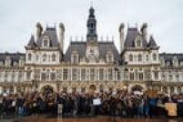 Estudantes fizeram ato na frente da Prefeitura de Paris