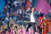 Chris Martin, vocalista do Coldplay, se apresenta no tradicional show do intervalo do Super Bowl