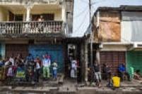 Moradores de um imóvel em quarentena são obrigados a permanecer atrás da linha de bloqueio
