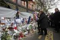 Presidente do Chile, Michelle Bachelet, presta homenagem às vítimas dos atentados em Paris e deixa coroa de flores em frente ao Bataclan