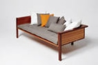 Da Sentido Cosmpolita, sofá Charlotte, do designer Paulo Alves, de R$ 12.420 por R$ 8.694, até durar o estoque