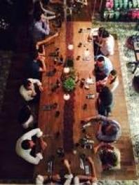 Os eventos do chef Gustavo Rigueiral não têm local (nem menu) certo. E você só sabe o que vai comer na hora. Na visita do Divirta-se, em 21/3, o jantar foi na Casa Amma e os chocolates vendidos ali deram o tom das receitas. Restrições e preferências alimentares devem ser informadas antes. E os vegetarianos são bem recebidos: entre as opções, palmito pupunha assado com creme de mandioquinha, finalizado com chocolate 90% cacau (foto). Instagram: @jantarsecretooficialInf.: 2385-7513, 98279-7513 ou jantares.secretos @gmail.com