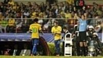A torcida paulista, historicamente impiedosa com a seleção brasileira, vaiou Neymar quando ele foi substituído por Bernard.
